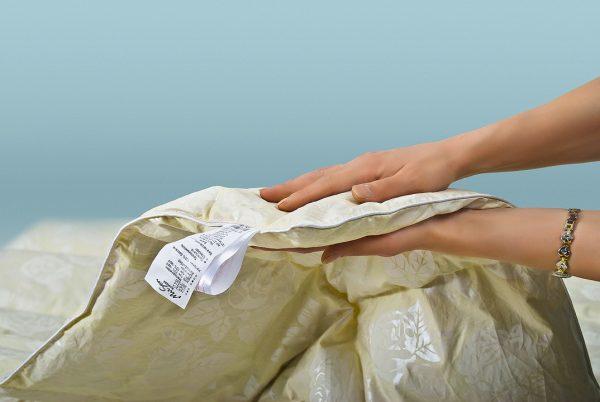 В руках часть одеяла