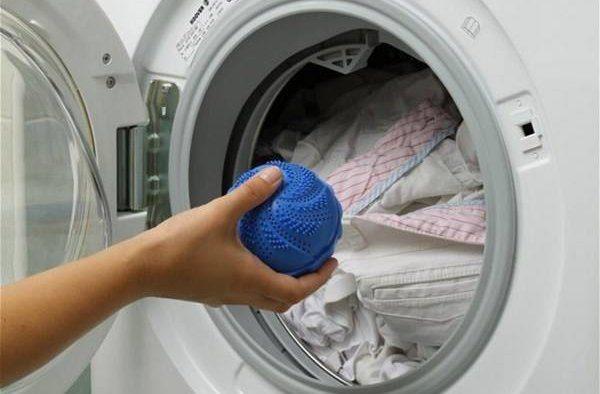Синий мячик для стиральной машины