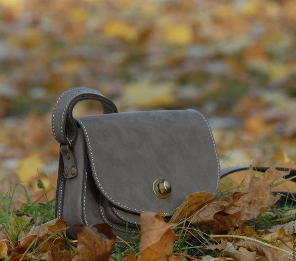 Сумка из нубука на осенних листьях
