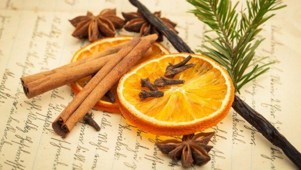 Апельсин и палочки корицы