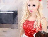 Блондинка в красном сарафане стоит с обугленным пирогом в задымлённой кухне