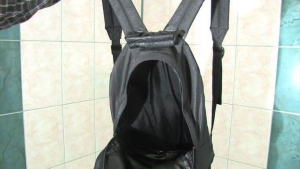 Чёрный рюкзак сушится в ванной