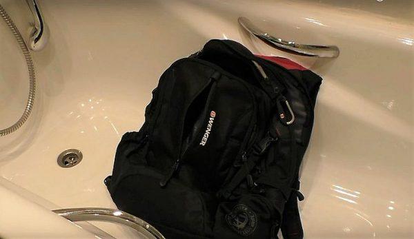 Чёрный рюкзак в ванне