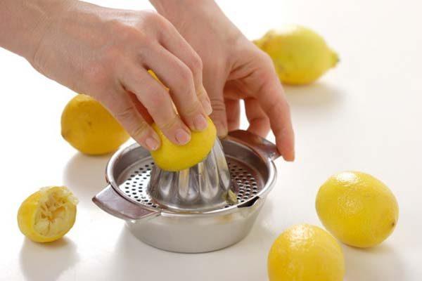 Давят сок из половинок лимона