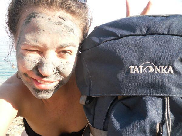 Девушка с грязным лицом и тёмный рюкзак
