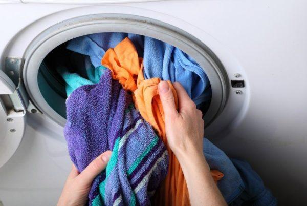 Достают вещи из барабана стиральной машины