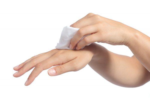 Протирание рук влажной салфеткой