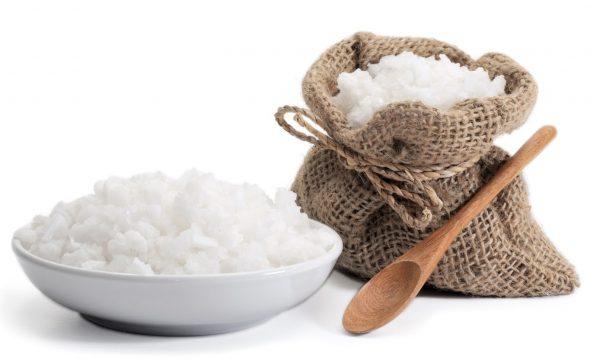Соль в мешочке и тарелке, деревянная ложка