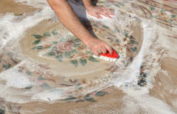 Чистят ковёр щёткой и мыльным раствором