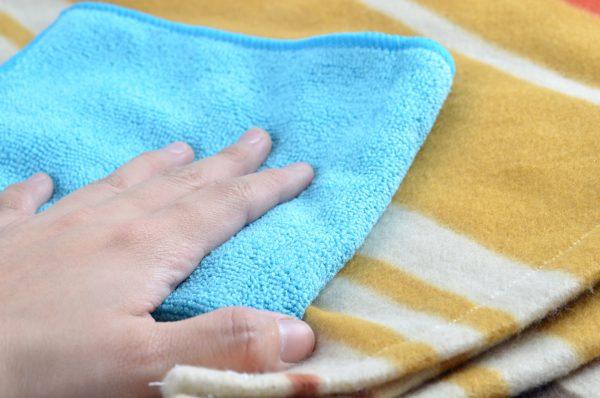 Голубая салфетка из микрофибры и одеяло из шерсти