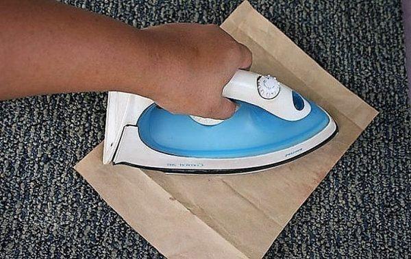 Проглаживают ковролин утюгом через бумажный пакет