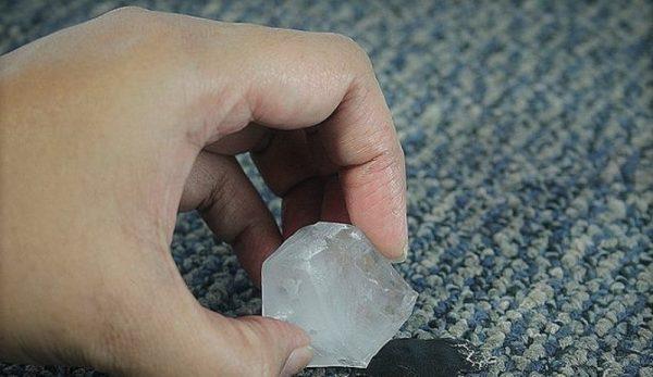 Пятно на ковре протирают кусочком льда