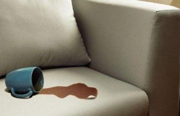 Кофейное пятно на диване