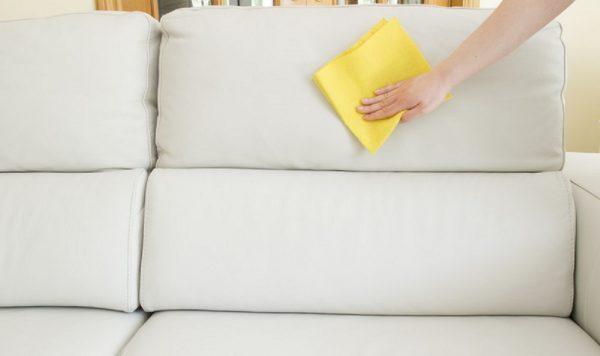 Очищают диван салфеткой
