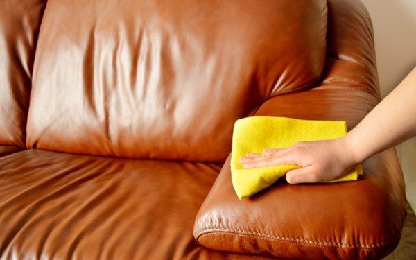 Очищают салфеткой кожаный диван