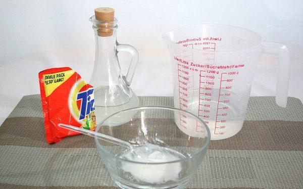 Стиральный порошок, уксус, сода, мерный стакан