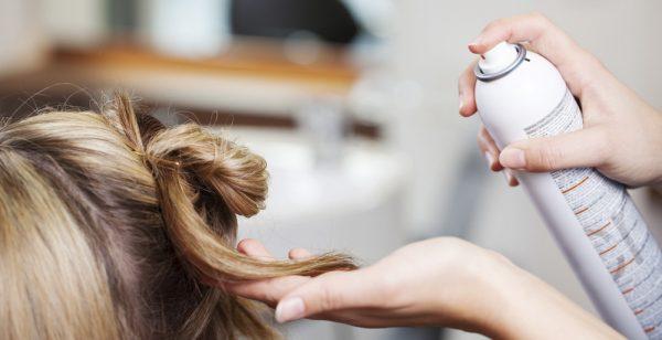 Лак для волос распыляют на волосы