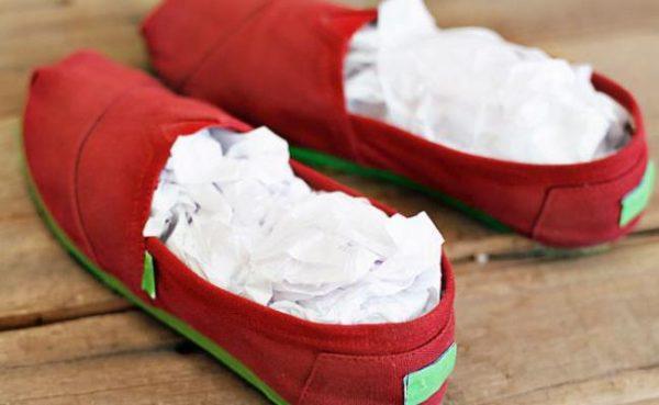 Белая бумага в красных мокасинах