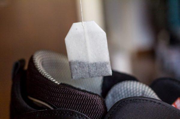 Чайный пакетик опускают в кроссовок