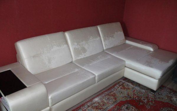 диван с повреждённым кожзамом