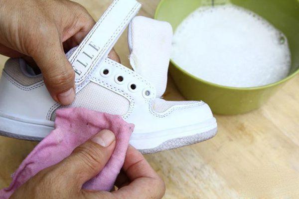 Чистка белых детских кроссовок в домашних условиях