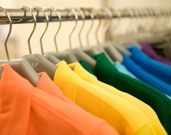 Цветные рубашки на плечиках