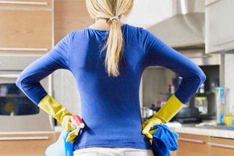 Девушка, перед началом процесса убрки на кухне
