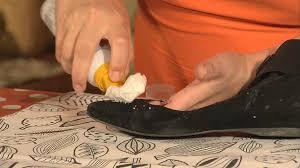 Как чистить обувь с помощью пенного очистителя