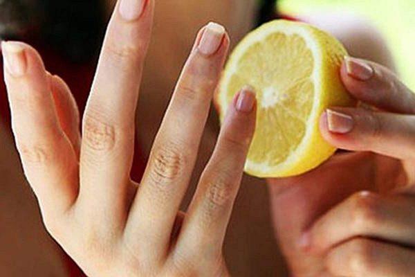 Лимон в руках