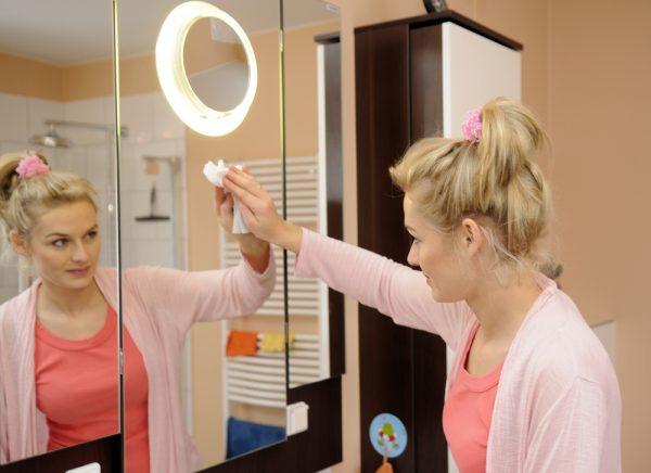 Мытьё зеркала салфеткой