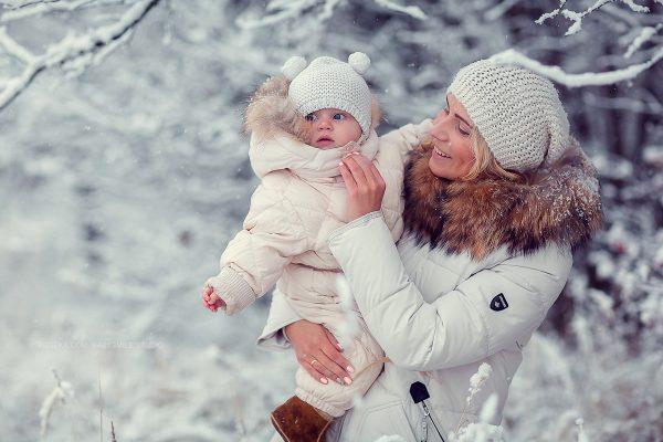 Мама и ребёнок в пуховиках