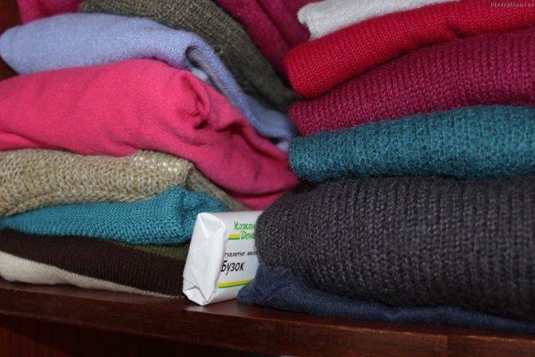 Мыло на полке со свитерами