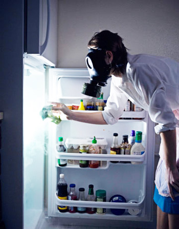 мужчине нужно избавиться от неприятного запаха в холодильнике