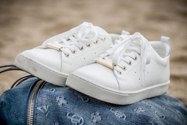 кроссовки, подошву которых надо очистить