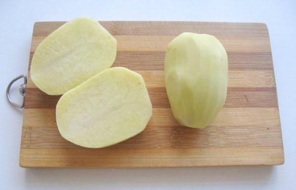 Очищенный и помытый картофель на доске
