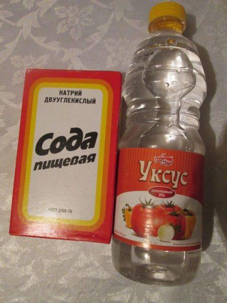 Пачка пищевой соды и бутылка уксуса