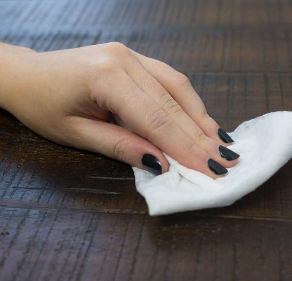 удалить пятно с пола салфеткой