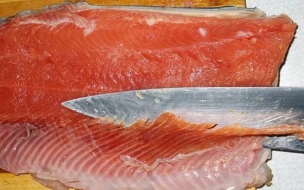 Удаление костей с мяса форели
