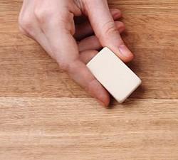 стереть пятно с пола ластиком