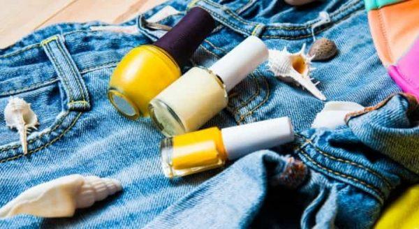 Три флакона с лаком на джинсах