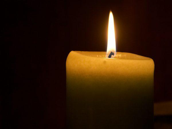 Восковая свеча горит