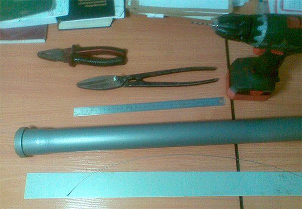 Кусок трубы, линейка, плоскогубцы, дрель