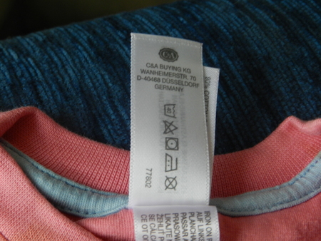Ярлычок на розовом свитере