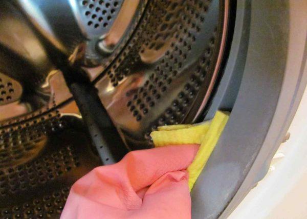 Тряпочкой вытирается резиновый ободок люка