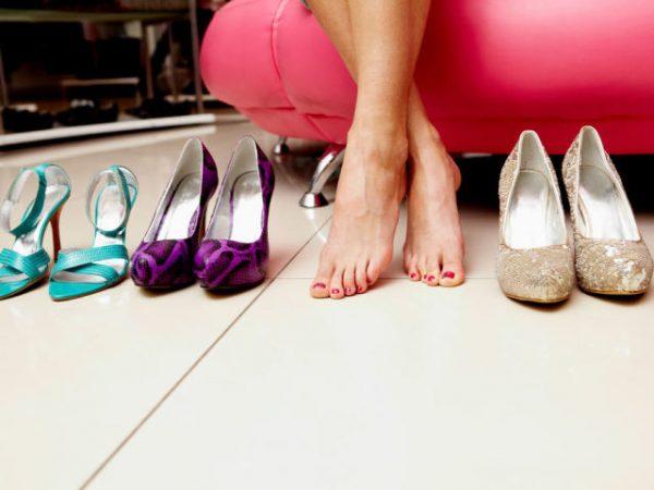Женские ступни и 2 пары туфель фиолетового, бежевого цветов и голубые босоножки
