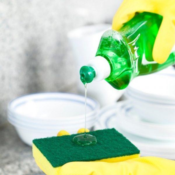 Жидкость для мытья посуды наливают на губку