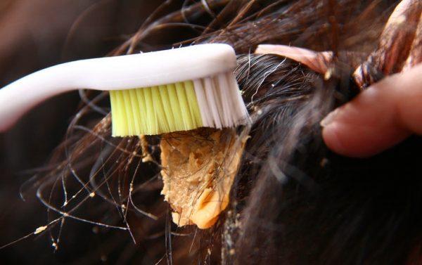 Зубной щёткой размазывают арахисовую пасту