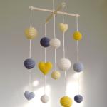 Мобиль из вязаных шариков и сердечек