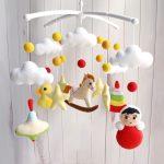 Мобиль с элементами в виде детских игрушек