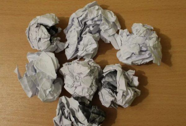 Грязная скомканная бумага на столе